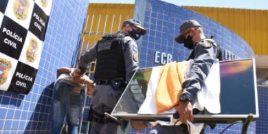 Suspeito preso carregando a televisão – Foto: Varlei Cordova / AGORA MT