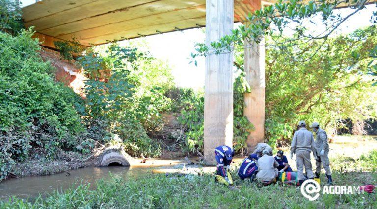 Resgate da vítima. Foto: Varlei Cordova / AGORA MT