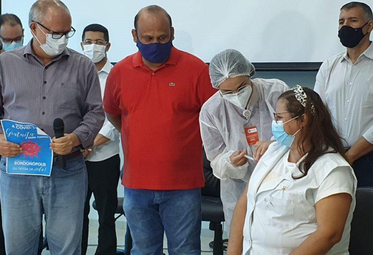 A profissional de saúde foi vacinada em solenidade realizada na prefeitura de Rondonópolis – Foto Vandréia de Paula/TV Cidade Record